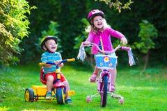 Deux enfants montant des vélos Photos libres de droits