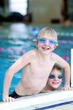 Deux enfants nageant dans la piscine Image libre de droits