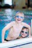 Deux enfants nageant dans la piscine Image stock