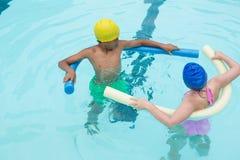 Deux enfants nageant dans la piscine Photos stock