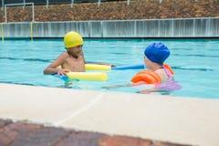 Deux enfants nageant dans la piscine Photographie stock