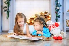 Deux enfants ont lu un livre Nouvelle année de concept, Joyeux Noël, vacances images stock