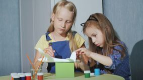Deux enfants peignent ensemble le modèle des avions Jeux développementaux pour des enfants clips vidéos