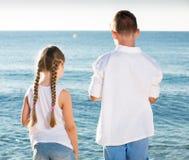 Deux enfants reculant Photographie stock