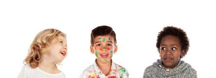 Deux enfants riant d'un un autre qui est peint photographie stock