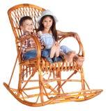 Deux enfants s'asseyant dans la présidence d'oscillation Images libres de droits