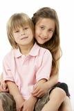 Deux enfants s'asseyant les uns avec les autres dans le studio photographie stock libre de droits