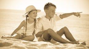 Deux enfants se dirigeant de côté Photo stock