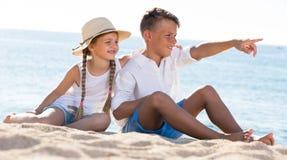 Deux enfants se dirigeant de côté Photos stock