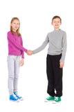 Deux enfants se serrent la main Images libres de droits