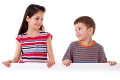 Deux enfants se tenant avec le blanc vide Image libre de droits