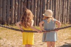 Deux enfants se tenant de nouveau à l'appareil-photo Photographie stock libre de droits