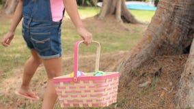 Deux enfants sur l'oeuf de pâques Hunt In Garden banque de vidéos