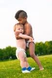 Deux enfants sur la clairière de soirée Image stock
