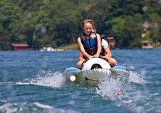 Deux enfants sur un flotteur Photographie stock libre de droits