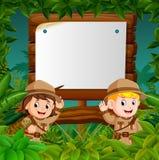 Deux enfants sur une jungle risquent avec le fond en bois vide illustration libre de droits