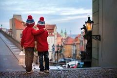 Deux enfants, tenant sur des escaliers, tenant une lanterne, vue de Pragu Images stock