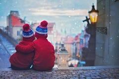 Deux enfants, tenant sur des escaliers, tenant une lanterne, vue de Pragu Photo libre de droits