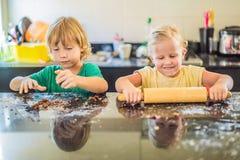 Deux enfants un gar?on et une fille faire des biscuits ? partir de la p?te images libres de droits