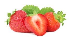 Deux entiers et une demi fraise mûre avec le vert part (d'isolement Images stock