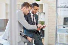 Deux entrepreneurs discutant le projet photos stock