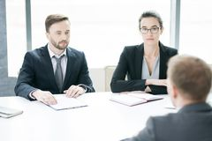 Deux entrepreneurs modernes lors de la réunion photographie stock