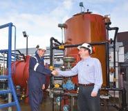 Deux entrepreneurs pétrochimiques clôturant une affaire Photos stock
