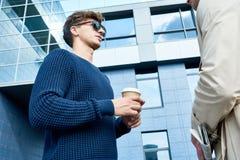 Deux entrepreneurs parlant dehors image libre de droits
