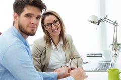 Deux entrepreneurs travaillant dans le bureau moderne Image libre de droits