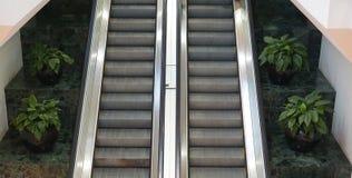 Deux escalators côte à côte images libres de droits