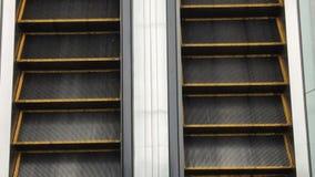 Deux escalators se déplaçant en haut et en bas banque de vidéos