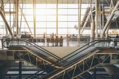 Deux escaliers mobiles entrecroisés dans l'aéroport Images stock