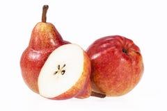 Deux et demi fruits de poire rouge d'isolement sur le fond blanc Image stock