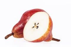 Deux et demi fruits de poire rouge sur le fond blanc Photographie stock