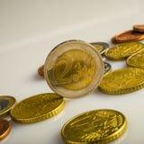 Deux euros et pièces de monnaie Pièces de monnaie d'Eurocent Photos libres de droits