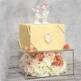 Deux exquis gâteau de mariage à gradins du chocolat sur la boîte en verre décorée des roses image libre de droits