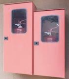 Deux extincteurs dans leurs casiers photos libres de droits