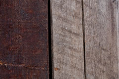 Deux faisceaux en bois verticaux de différentes couleurs Photo libre de droits