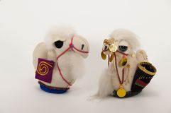 Deux faits main un petit jouet du chameau Photo stock