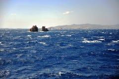 Deux falaises en mer bleue profonde Photographie stock