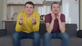 Deux fans superstitieux prient pour la victoire de leur ?quipe de football pr?f?r?e banque de vidéos