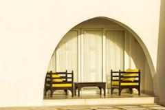 Deux fauteuils sous le balcon image libre de droits