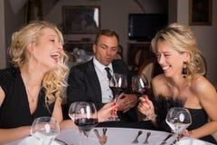 Deux femelles ayant une conversation d'amusement Image stock