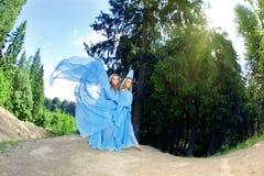 Deux femme, jumelles dans la forêt Images libres de droits