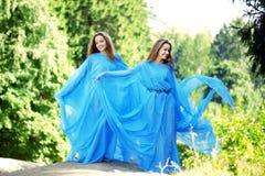 Deux femme, jumelles dans la forêt Photos stock