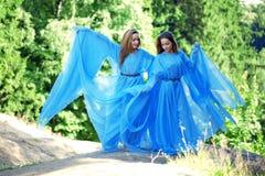Deux femme, jumelles dans la forêt Images stock