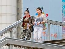 Deux femme sur un pont piétonnier, Pékin, Chine Photos libres de droits