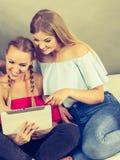 Deux femmes à l'aide du comprimé Photographie stock