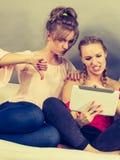 Deux femmes à l'aide du comprimé Images stock