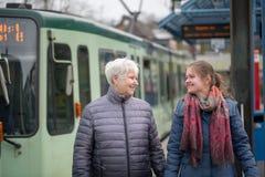deux femmes à l'arrêt de tram Photo stock